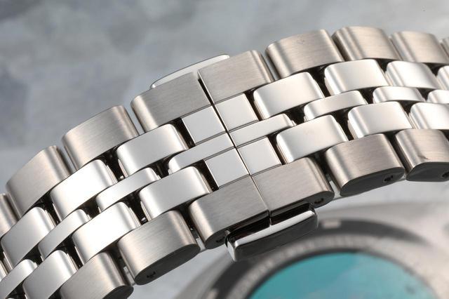 画像: ステンレススティール製の5連ブレスレットは装着感も抜群
