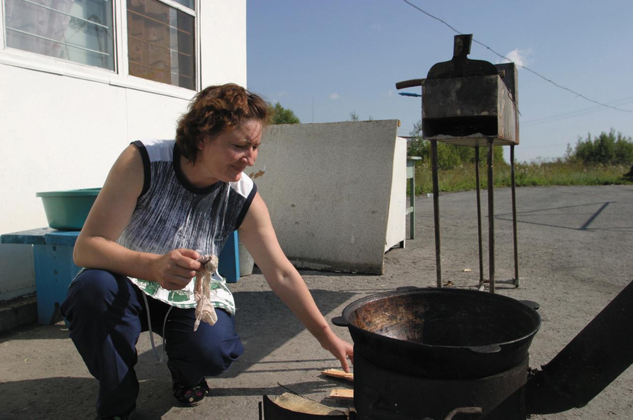 画像: 入ったレストランは外にも調理場があった。フライパンの乗ったコンロと、奥は焼き物の台。
