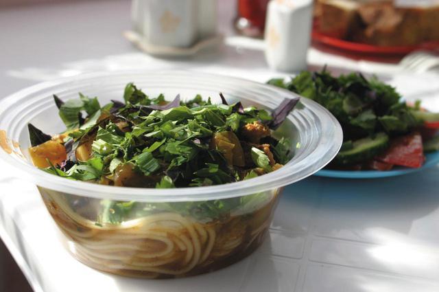 画像: 緑豊かなサラダとラム入りのヌードル。うどんとスパゲッティの中間みたいなものか。美味だった。
