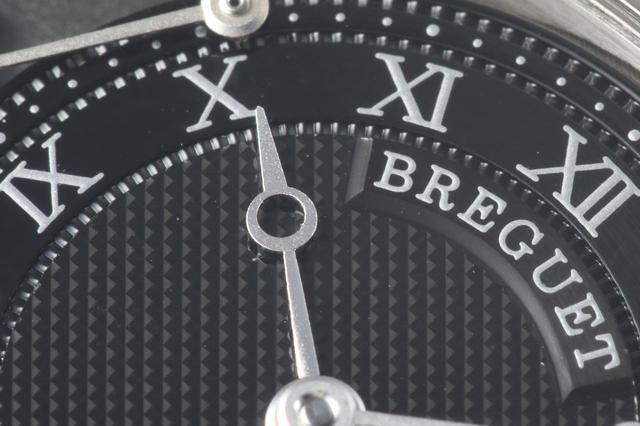 画像: ブレゲ伝統のブレゲ針と、ギヨシェ彫りによる文字盤