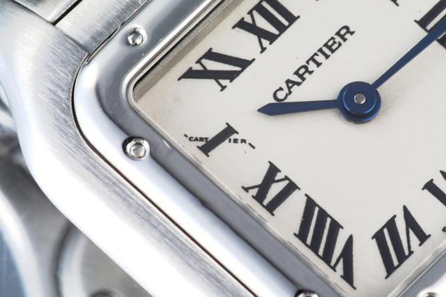 画像: ポリッシュ仕上げできらめくケース。10時(Ⅹ部分)にはCARTIERロゴが小さく入っている
