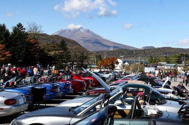 画像: 会場である軽井沢プリンススキー場駐車場からは浅間山が望める