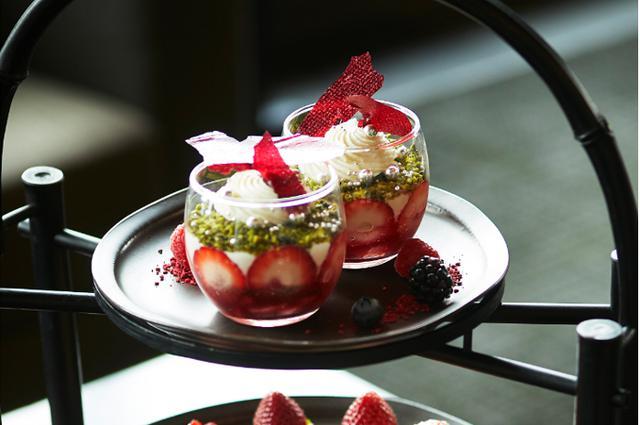 画像1: 贅沢で華やかな「苺づくし」のひとときを...