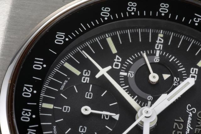 画像: 飛行機のような形をした60分計の針