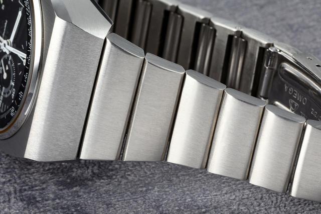 画像: 通常のスピードマスターは3連が多いが、本モデルは1連の専用ブレスレットとなっている