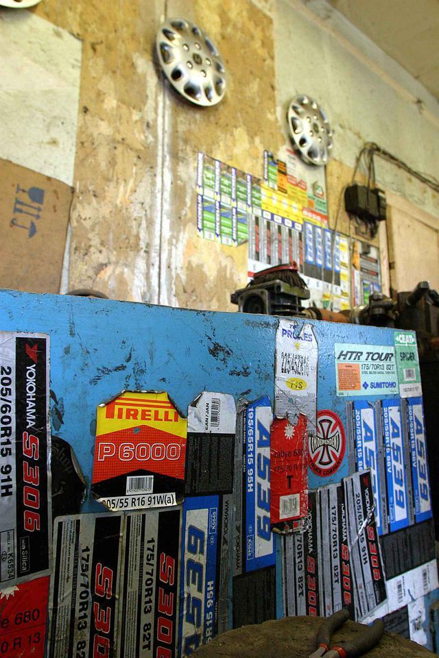 画像: 日本のタイヤショップで見慣れたのとさほど変わらない。サンクトペテルブルクのタイヤ店での風景。ヨコハマタイヤを多く扱っている店舗だったようだ。ここでは組み込みだけでなくバランス取りも依頼した。