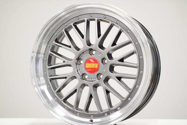 """画像: Counterfeit product pretending to be aluminum forged two-piece wheel """"LM"""" (actually made by casting)"""
