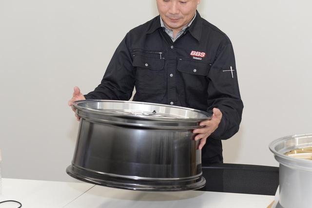 画像: If you lift it, you can tell that it is actually very heavy.