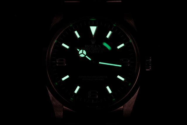 画像: 本モデルの夜光塗料はルミノバ塗料で、文字盤はグリーンに発光する(数字に夜光は無し)
