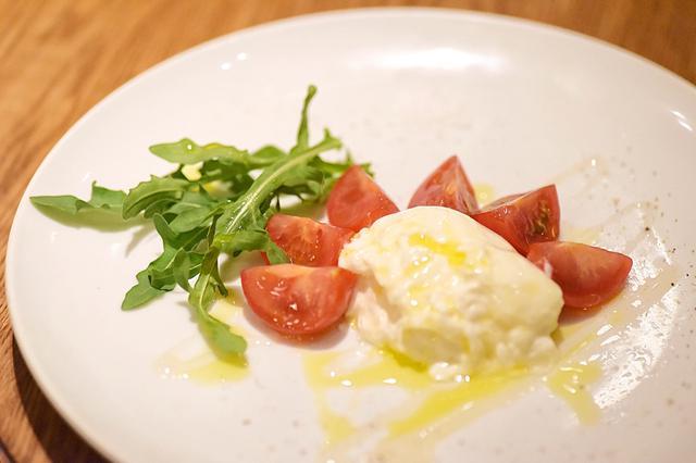画像: プッラータとフレッシュトマト ハチミツとカマルダの塩  1,900円(税込)
