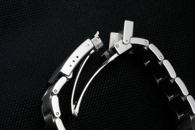 画像: フォールディングクラスプ(バックル)付きのスチール製ブレスレット。同モデルにはファブリックストラップ(NATOストラップ)を装着することもできる ※替えのストラップは付属していません。