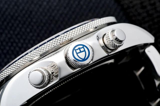 画像: リューズには現行モデルのロゴである「盾」のマークが配置されている。(以前はバラだった)