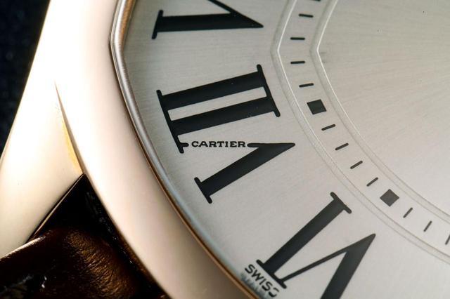 画像: 7時位置には小さく「CARTIER」の文字が。カルティエ時計ではお馴染みの趣向だ