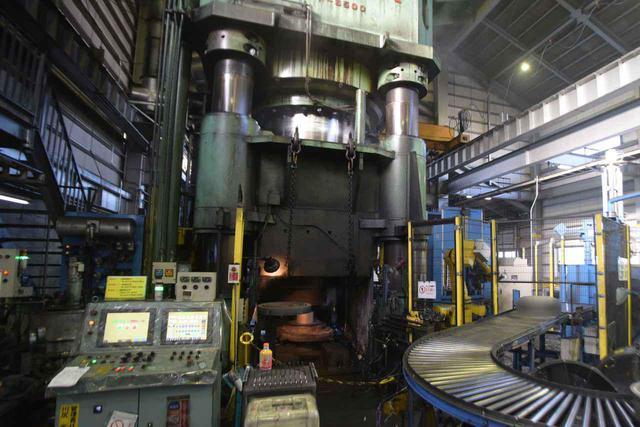 画像: 製造するホイールに合わせて、5000〜12000tのプレス機で圧縮していく