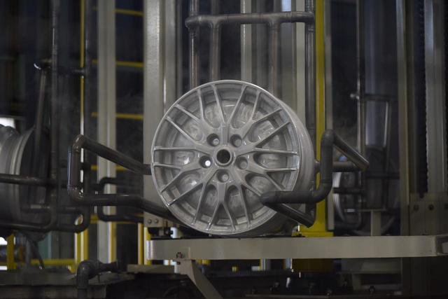 画像: 脱膜マシンに入れられ離型剤を落としたホイール