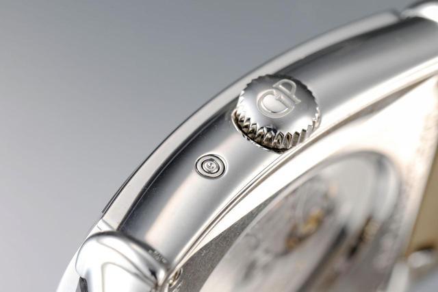 画像: ケースサイドには、GPの刻印がされたリューズに、ムーンフェイズ表示用のプッシュボタンを配置