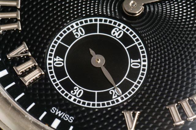 画像: スモールセコンドもブラックに統一