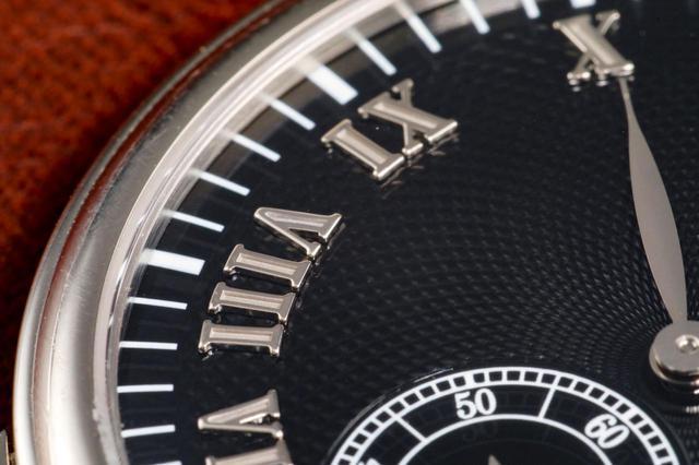 画像: カラトラバシリーズでは珍しいローマ数字のアップライトインデックス