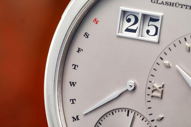 画像: レトログラード式のデイデイト表示機能。上にはA.ランゲ&ゾーネ伝統のビッグデイト表示がある