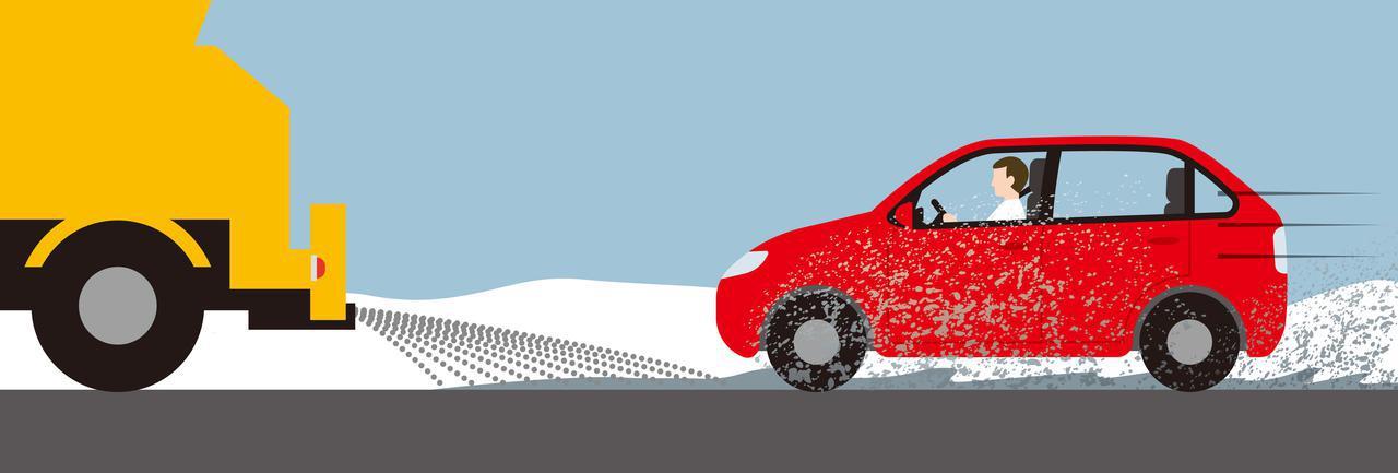 画像: 雪や雨も降っていないのにクルマの後部などが汚れてしまうのは、路面から巻き上げた水分のせい。これを放置するとサビに繋がってしまう