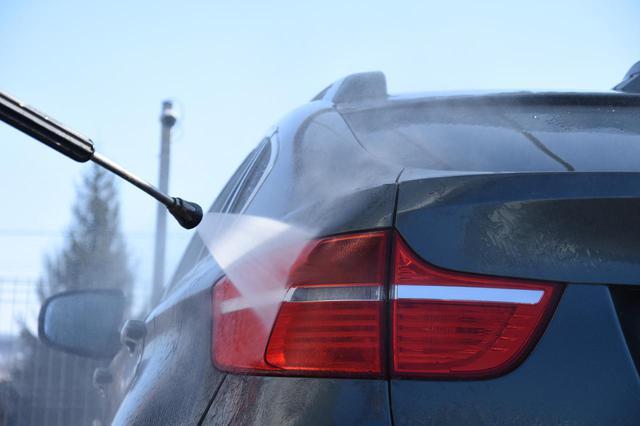 画像: 洗車とまでいかずとも、水で流すだけで凍結防止剤や融雪剤の影響は大きく減らせる