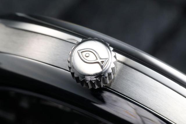 画像: お魚リューズの愛称で親しまれている防水時計を表す魚の刻印