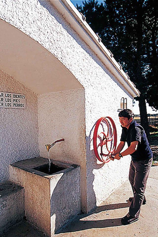 画像: ハンドルを回して水を出す。