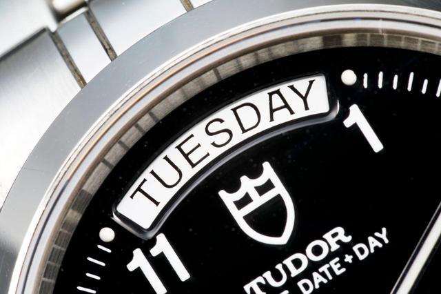 画像: 時計上部にあるフルスペルの曜日表示