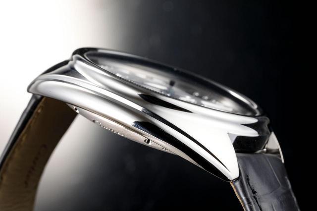 画像: 時計全体が丸みを帯びたデザインになっている
