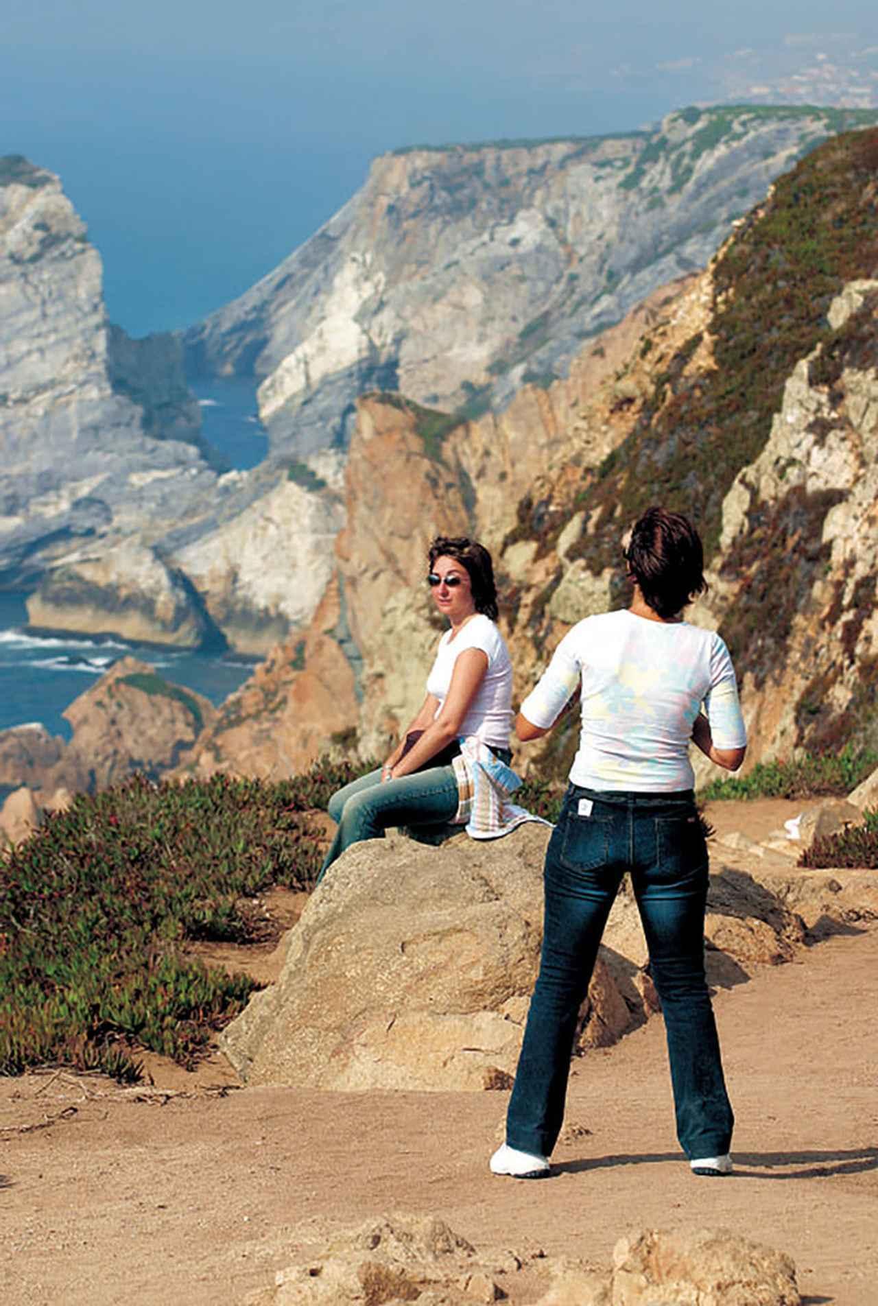 画像: 陸と海が交わる景観を誇るロカ岬は、観光客たちで賑わっていた。記事のトップ画像はポルトガルの道路沿いに点在していた同国名産のコルクの木(この2点/撮影:田丸氏)。