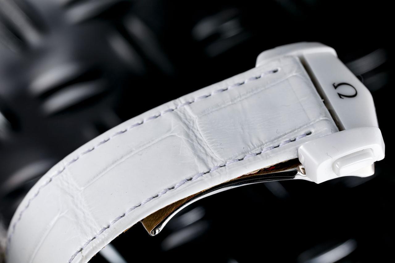 画像: 白のクロコダイルレザーにホワイトセラミック製のバックルを装着。金属部分はチタンだ