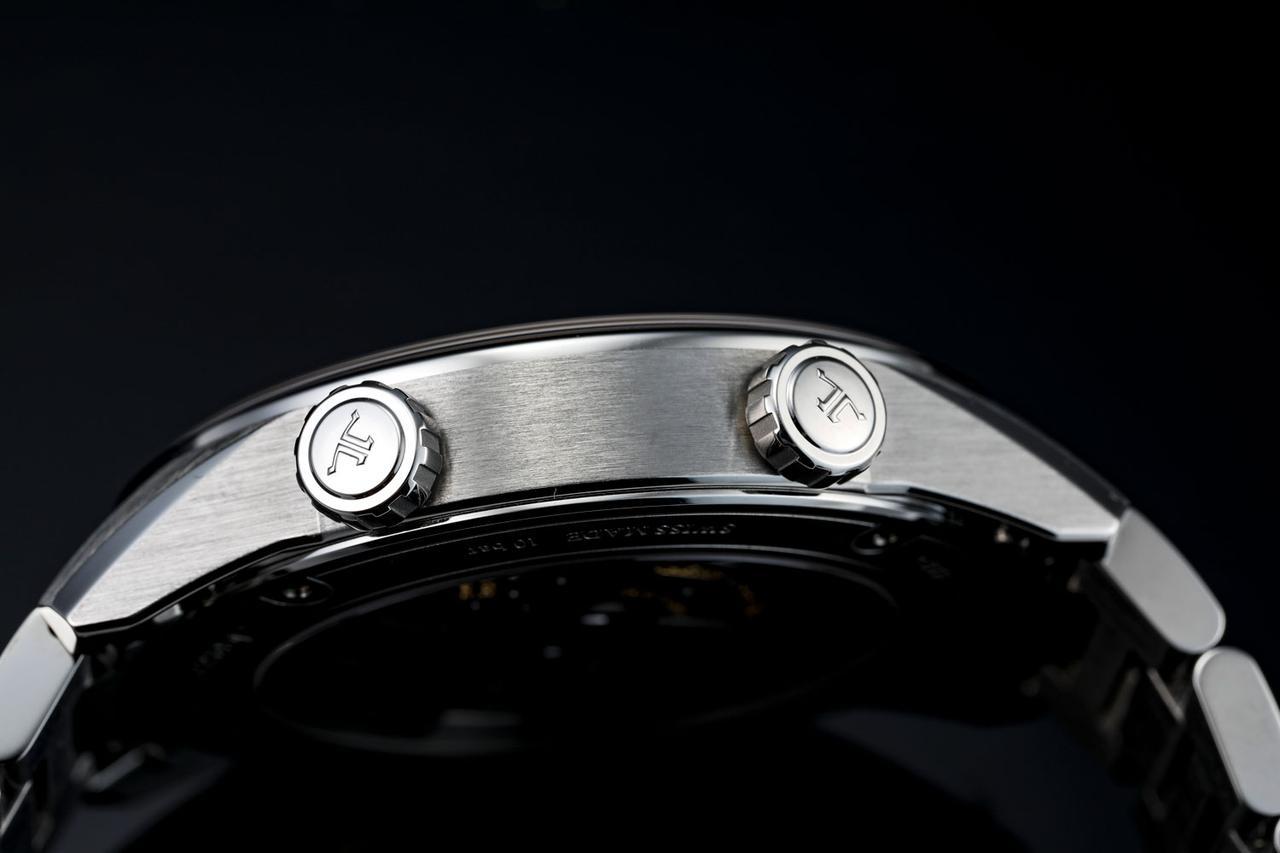 画像: サイドには、インナーベゼルの調整用リューズと時刻用のリューズの2つを配置
