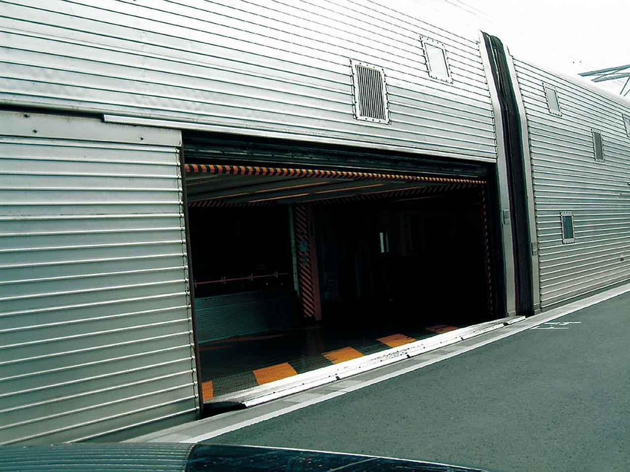 画像: 「ル・シャトル(Le Shuttle)」と呼ばれるユーロトンネルの車両輸送用列車。これはクルマが乗車するための車両で、ここから入って列車内の指定駐車場所まで車内を走る。2階建て構造を備える。