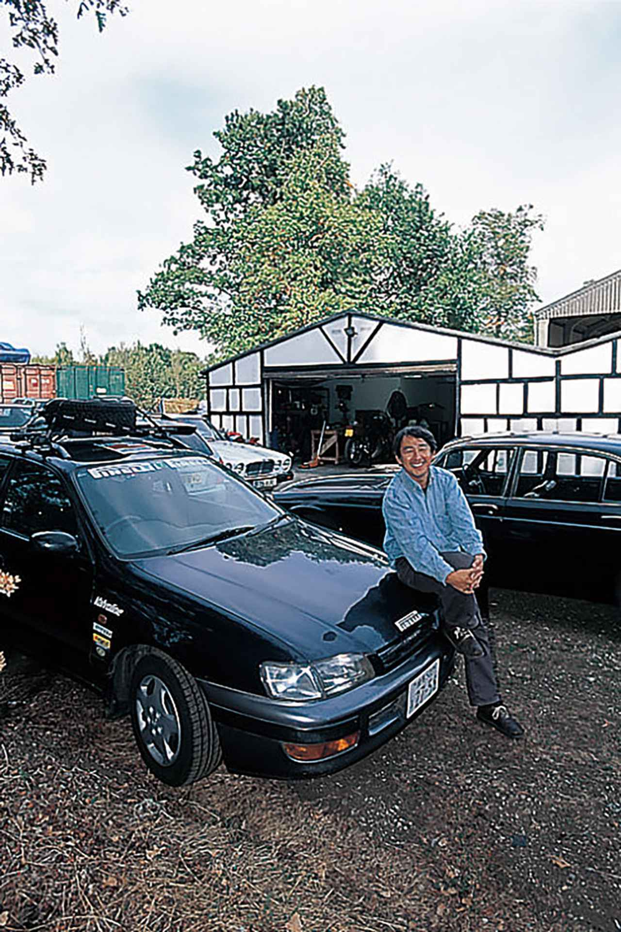画像: イギリスでの滞在先、F氏宅のヤードでポーズを取る金子氏とカルディナ。2003年9月15日(撮影:永元秀和)。