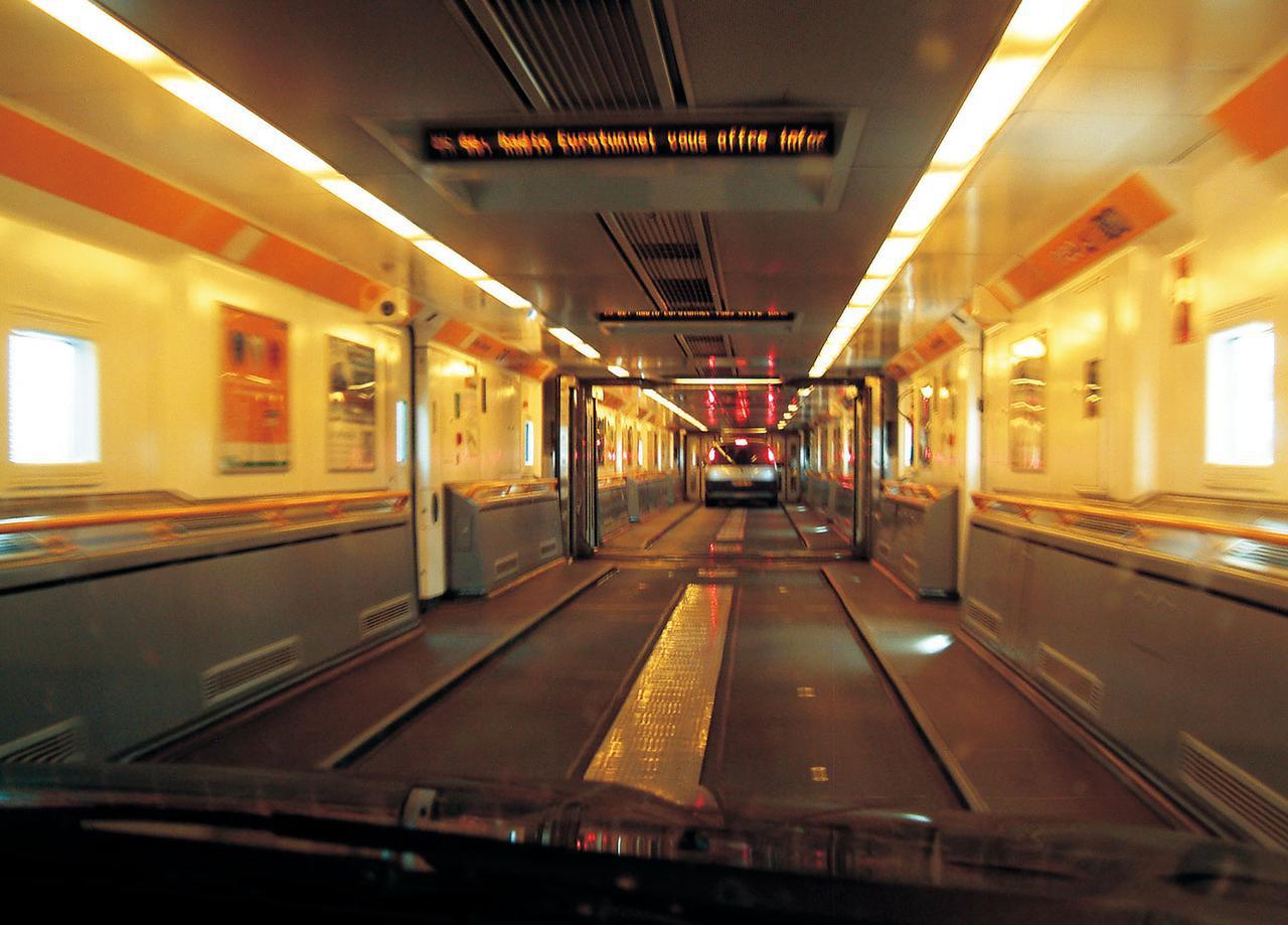 画像: 列車の内部は通路状になっており、奥へ奥へと走っていく。これは乗用車輸送用の車両なのでダブルデッカー構造だが、大型バスやトラック輸送用のシングルデッカー車両もある。
