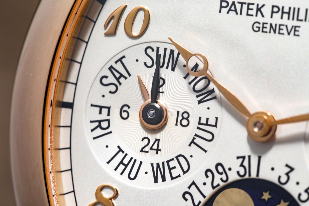 画像: 【24時間&曜日表示】午前・午後が分かる24時間表示。外周には曜日を表記