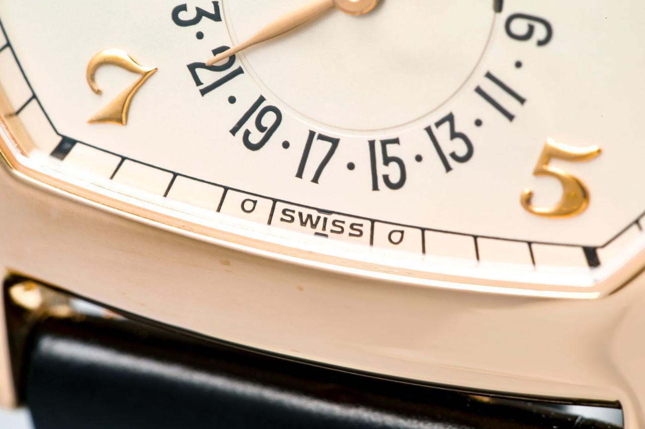 画像: 文字盤下部には貴金属を使用したダイヤルを表す「σ(シグマ)」マークが入っている