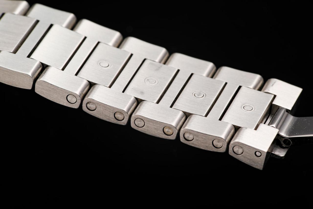 画像: ブレスレット裏面中央にあるプッシュボタンを押すとピンが外せる仕組み