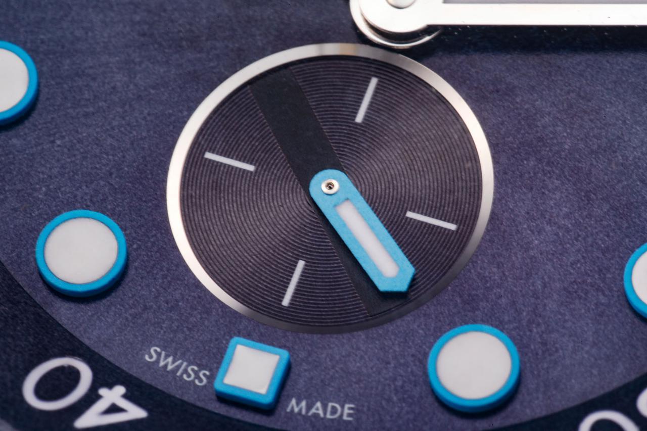 画像: インデックスや針はすべてスーパールミノヴァ加工されており暗闇でブルーに輝く