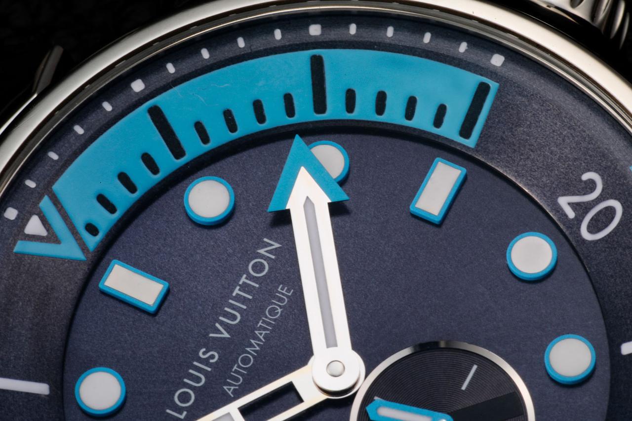 画像: ダイビングスケールは鮮やかなライトブルー。矢印のような分針も視認性向上に一役買っている