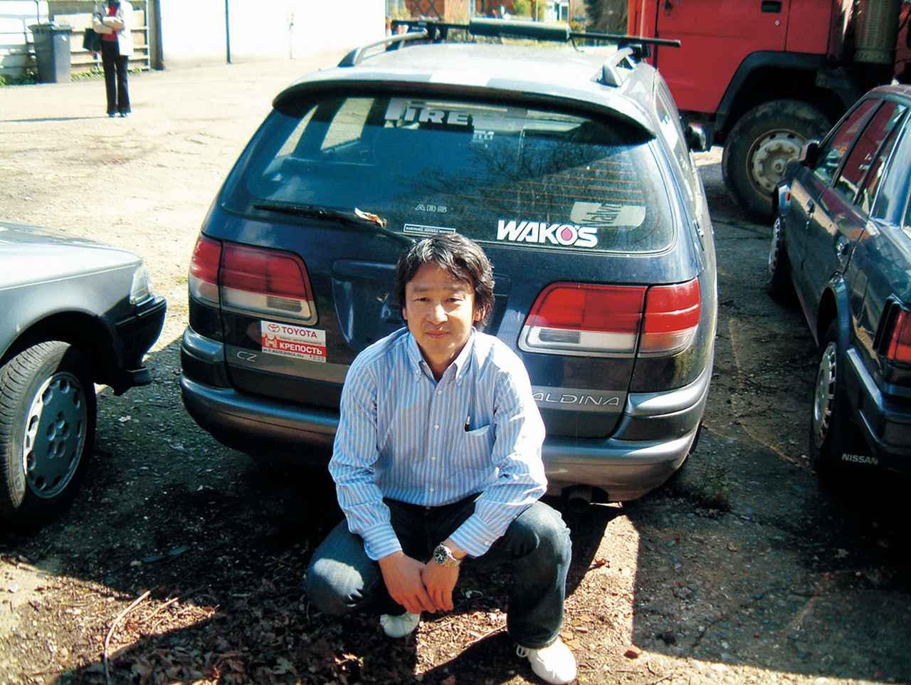 画像: ロンドン市内からほど近い地に、藤原氏のオフィスはある。その駐車場で、久しぶりにカルディナとの対面を果たした金子氏。車両を日本へ持ち帰ることはコスト的に難しかった。