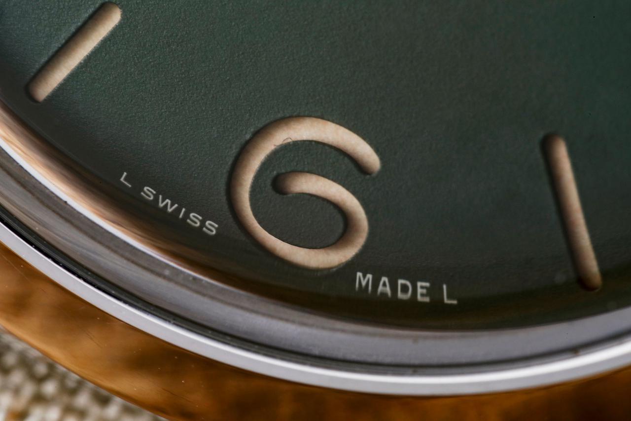 画像: パネライの創業はイタリアだが、工場はスイスにある。そのため6時位置にはスイスメイドの文字が入る