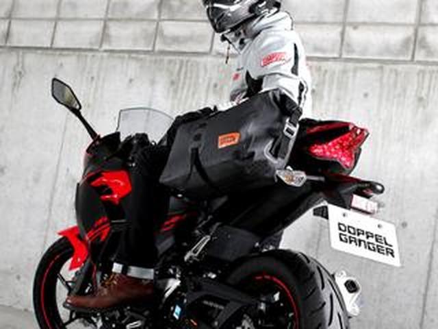 画像: バイクに簡単に装着できる、防水バッグ! 容量14Lの「ターポリンシングルサイドバッグ」がドッペルギャンガーから登場