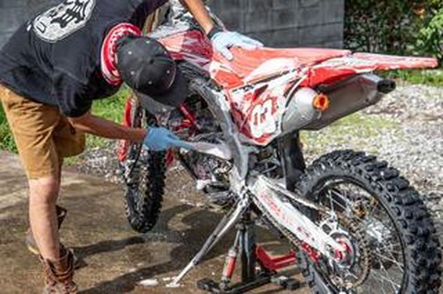 画像: 一歩上行く、オフロードバイク洗車術
