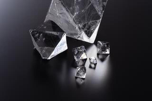 画像: キヤノン初の蛍石採用交換レンズの発売から50周年。 「人工蛍石結晶 八面体ブロック」をプレゼント