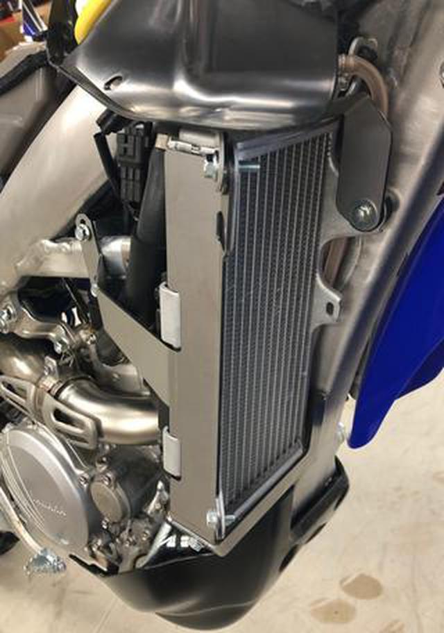 画像: エンデューロの必需品。20YZ250FX対応のラジエターガード、チタン製でリリース