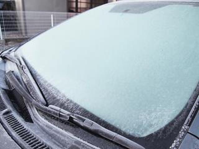 画像: 【くるま問答】凍ったフロントガラスに熱湯をかけて視界確保? ヒビ割れさせないための氷解方法