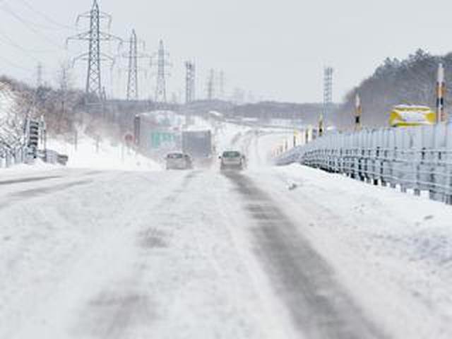 画像: 【くるま問答】チェーン規制時にスタッドレスで通行できない道路も。布製チェーンが緊急時に役立つか
