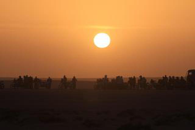 画像: 「大海原のような砂漠地帯へ。2輪のサバイバーは杉村ひとりになった」Real Race to DAKAR vol.10