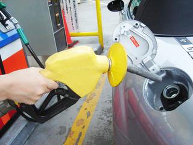 画像: 【くるま問答】ガソリンの給油口は、なぜクルマによって右だったり左だったりするのか